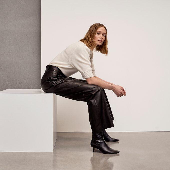 Kvinde med læderbukser og cashmere pullover